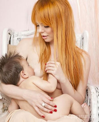 голая мама позирует для маленького сына домашнее фото