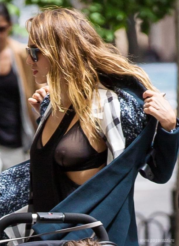 Женщины сексуальной грудь на улице фото зрелая